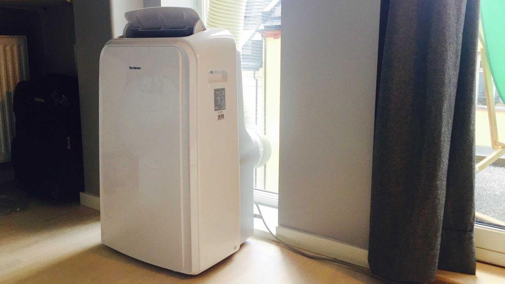 Den portable air-conditioneren tar seg greit ut på stuegulvet, men durer som 2-3 kjøkkenvifter på full guffe.