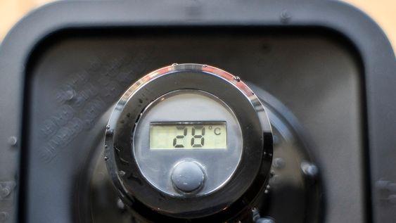Termokontoll: På toppen av matstapperen finner vi et termometer som tar tempen på blandingen. Det tar ike mange minutters røring på full rart å få en lunken blanding til å bli varm suppe.