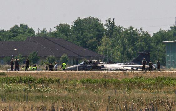 Ungarske havariinspektører undersøker Jas-39C-flyet som havarerte under landing på flybasen Kecskemét onsdag.