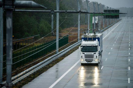 Denne elektrifiserte veien tilhører et testanlegg utenfor Berlin. Tidlig i 2016 skal E16 vest for Gävle få tilsvarende kontaktledninger på en to kilometer lang prøvestrekning.