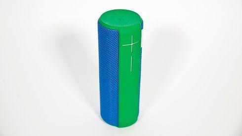 Farge- og funksjonsrik minihøyttaler som spiller HØYT
