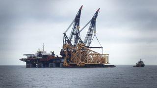 Se det 8900 tonn tunge stålunderstellet bli senket ned