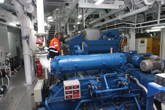 Maskinsjef Asbjørn Haldorsen inspiserer den en av to Wärtsilä hovedmotorer.