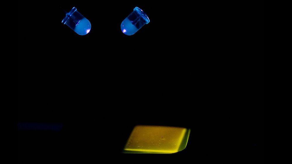 Hvitt lys, lengre levetid. Ved å dope silisiumkarbid med nitrogen og bor får forskerne fram gult lys. Dopes materialet i stedet med nitrogen og aluminium, oppstår et blått lys. Sammen gir det et rent, hvitt lys.