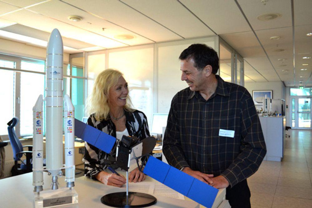 Overdragelse: Thor 7s programdirektør Oddveig Tretterud signerer Telenors overtakelse av satellitten fra Executive Program Director i Space Systems Loral (SSL) Mark McLaren.