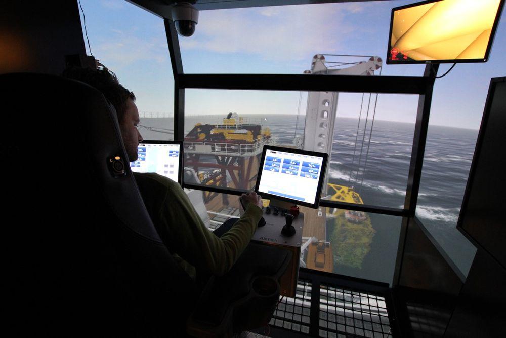 Statoil-ansatte forberedte seg på å plassere den 300 tonn tunge kompressormodulen på 265 meters dyp på Åsgard-feltet. Det gjorde de ved å trene i simulator på Offshore Simulator Centre (OSC) i Ålesund.