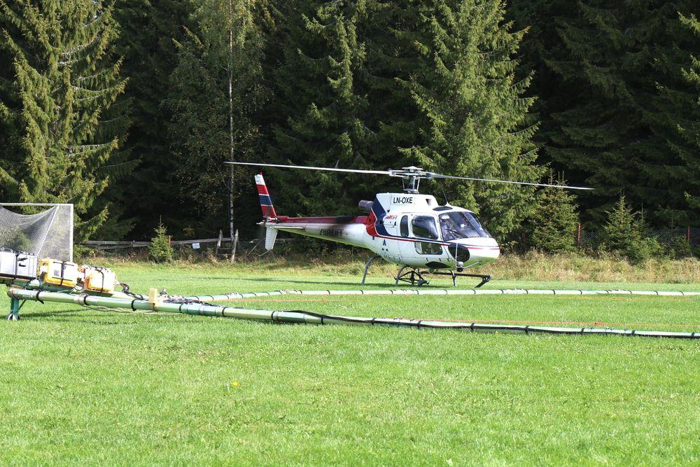 Jernbaneverket kartlegger grunnen langs Intercitytraseen med helikopter.