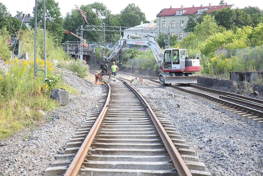 Østfoldbanen gjennom Gamlebyen går inn i en kulvert som går like vest for gravlunden som ga hodebry for Follobanen. Foto: Per-Ivar Nikolaisen