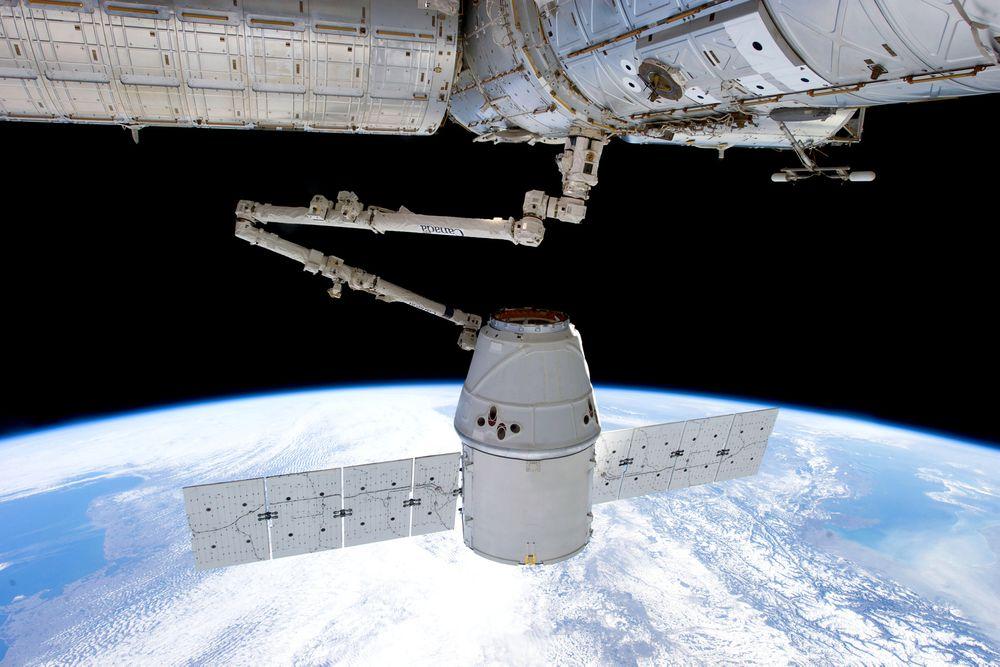 Elon Musks internett-satellitter blir mange, små og skal gå i bane relativt nær Jorden.