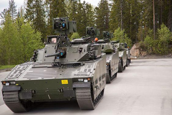 Alle de fem nye norske CV90-vognene hos produsenten BAE Systems Hägglunds.