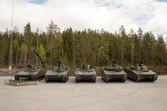 Her er alle de fem medlemmene i den nye norske CV90-familien, fra venstre: Stormingeniørvogn, stormpanservogn, multirollevogn, oppklaringsvogn og stridsledelsesvogn.