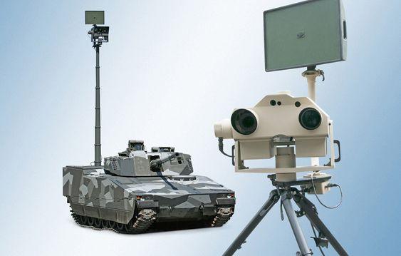 Vingtaqs-sensorhodet med den integrerte radaren øverst. I løpet av ti minutter kan utstyret tas av kjøretøyet og monteres på en slik tripod dersom det er behov for fjernstyring.