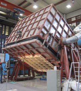 Testing av bygningsintegrerte solceller i vind og slagregn ved laboratoriet på SINTEF Byggforsk