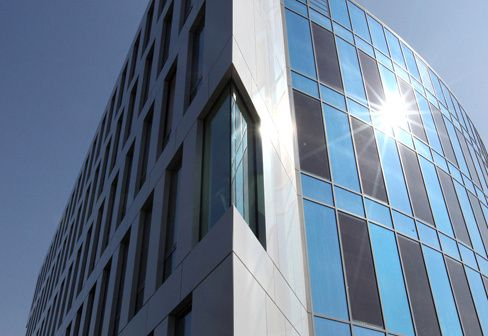 Eksempler på BIPV= building integrated photovoltaics,  som glassystemer for bruk i tak