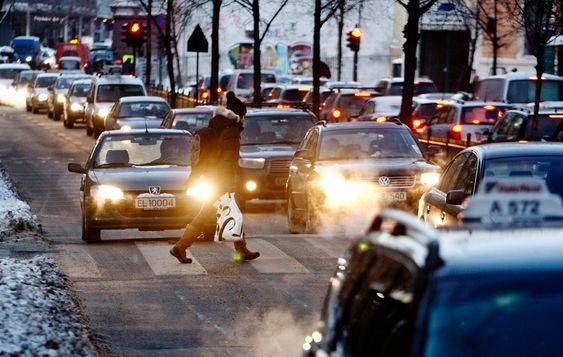SYNDER: Bileksos gir mye små partikler, mens slitasje fra piggdekk gir større partikler. Bilkjøring bidrar sterkt til forurensningen i byene i disse dager.