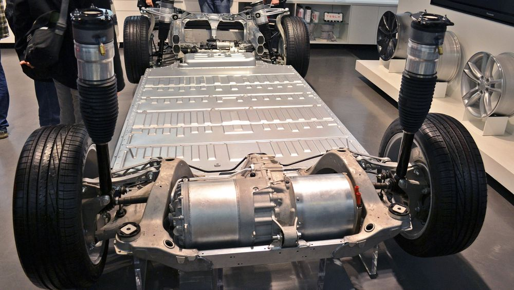 Selv om virkningsgraden i motoren til elbiler er høy, fører temperatur, endringer i turtall, inverter og batteri til at den totale virkningsgraden blir langt lavere. Her illustrert med en Tesla Model S.