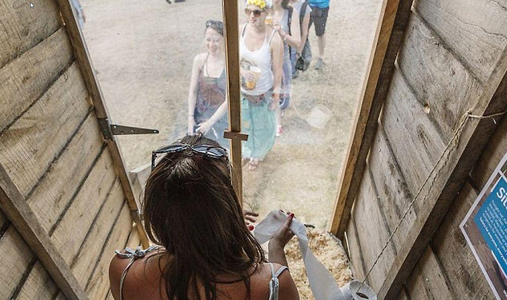 Under den store musikkfestivalen på Glastonbury kan deltakerne få med seg alt som skjer under konsertene mens de sitter på dosetet.