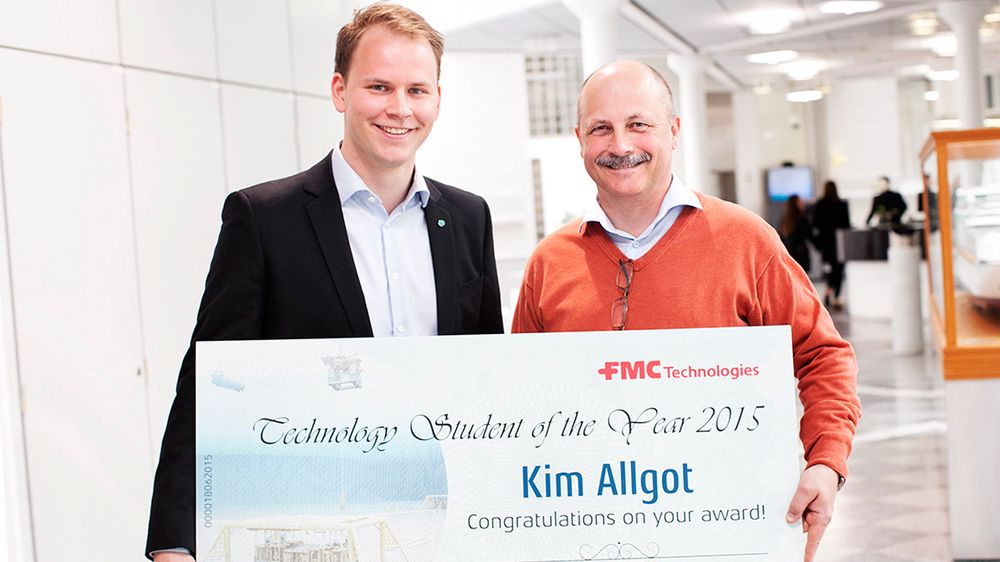 Bildetekst: Foto: Kim Allgot er den heldige vinneren av Årets Teknologistudent 2015. Her sammen med Brede Thorkildsen, sjefsingeniør i teknologiavdelingen hos FMC Technologies. © Stine Østby
