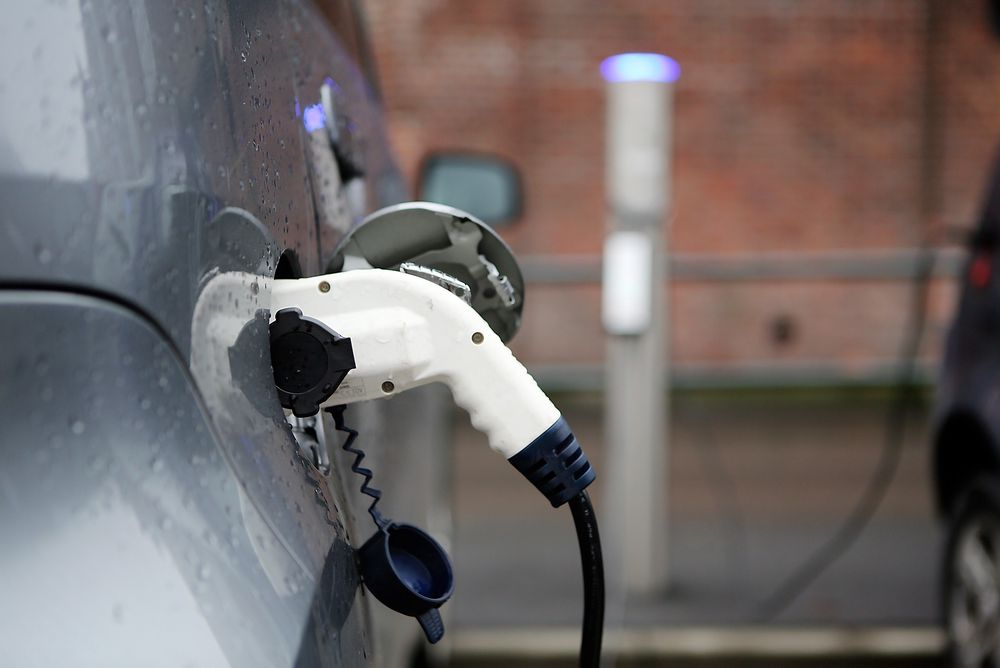 Den danske sikkerhetsstyrelsen advarer folk mot å lade bilen fra stikkontakten hjemme.