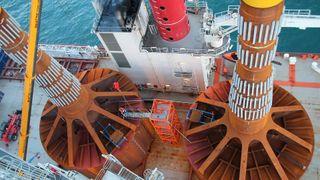 Dette vindmølle-fundamentet suger seg ned i havbunnen