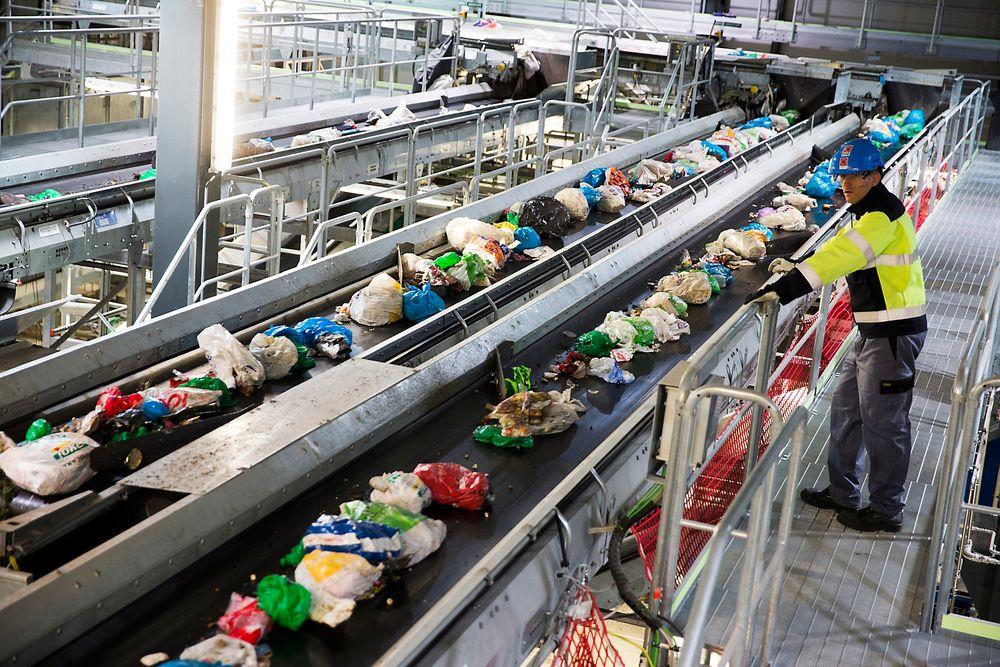 Klemetsrud energigjenvinningsanlegg, drevet av Energigjenvinningsetaten i Oslo kommune, sorterer søppel fra privathusholdning og brenner deler av det så det blir til fjernvarme. Plasten går til Tyskland.