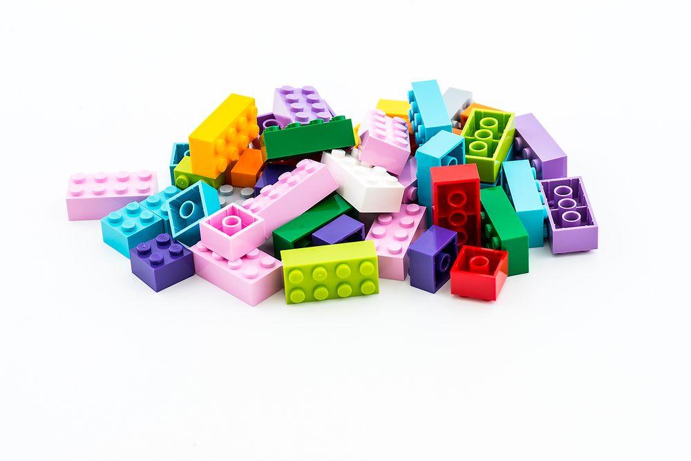 I fjor ble det produsert 60 milliarder Lego-klosser. Nå satser Lego en milliard kroner på å finne enda mer bærekraftige materialer.