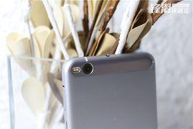 Blitsen er snudd 90 grader fra «normal» posisjon, og pyntefeltet er nytt fra HTC.