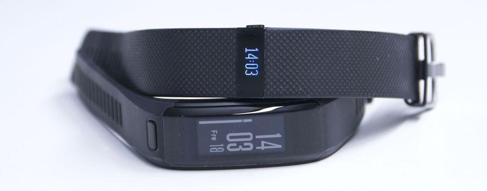 Garmin Vivosmart HR nederst, Fitbit Charge HR oppå.