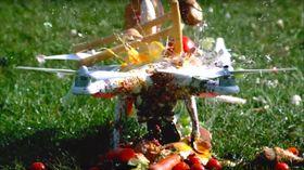 Oi, her blir det voldsomt for den stakkars dronen...