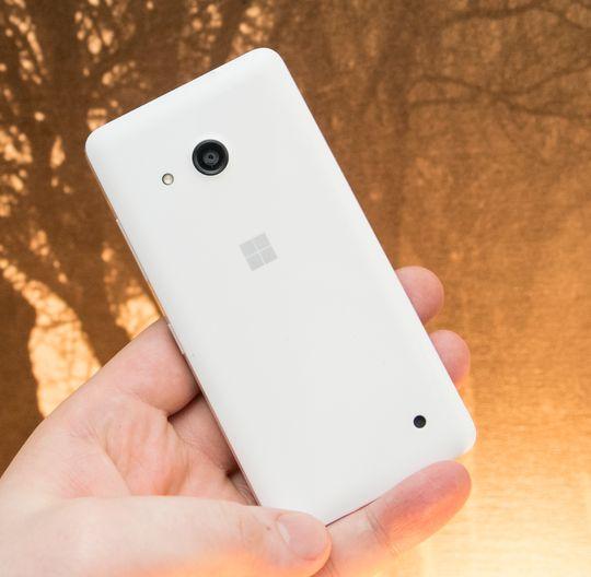Lumia 550 er en telefon med noenlunde enkel men funksjonell design.