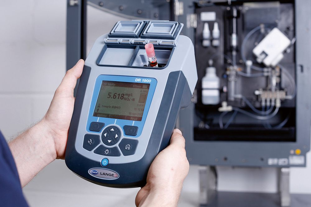 Portabelt spektrofotometer for vannanalyse med over 220 ferdige testmetoder om bord.
