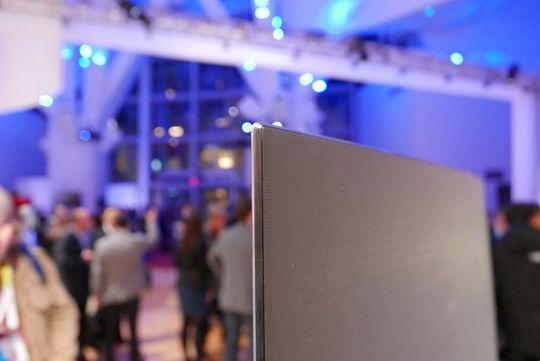 Baksiden er ikke festet med skruer. Det gjør den enda tynnere ifølge Samsung.