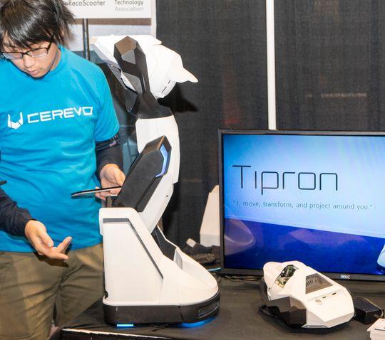 En av Cerevos ansatte demonstrerer Android-appen som styrer Tipron.