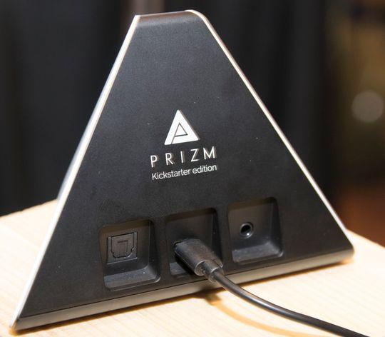 Optisk tilkobling, Micro USB og vanlig minijack er å finne på baksiden. Prizm var opprinnelig et Kickstarter-prosjekt.