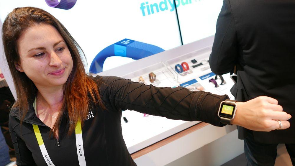 SNIKTITT: Slik er Fitbits nye treningsklokke