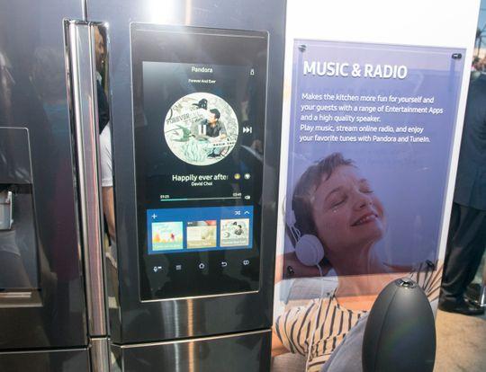 Kjøkkenradio? Det trengs vel ikke. Samsungs kjøleskap har innebygget høyttaler og nettradio. Foreløpig gjennom Pandora og TuneIn Radio.