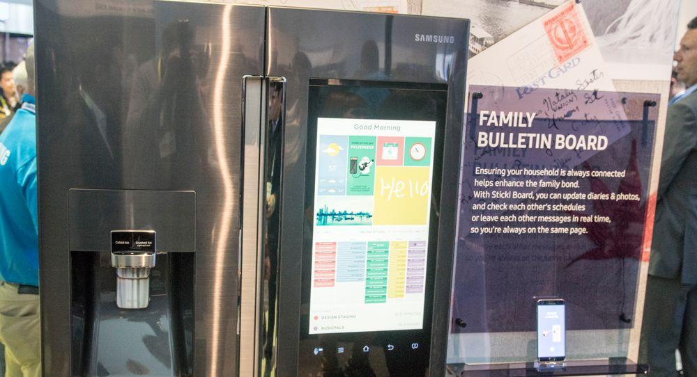 Samsungs nye kjøleskap har stor full-HD-skjerm, operativsystem og mobilapp. Her ser du skjermbildet som skal erstatte kjøleskapmagneter.