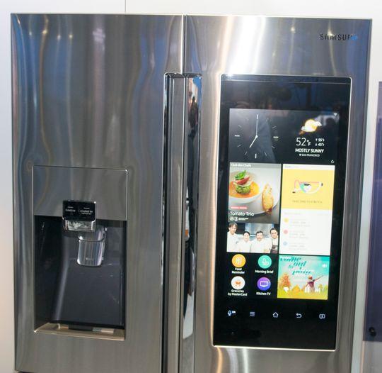 Her er kjøleskapets informasjonsskjerm. Denne kan vise deg en rekke ting, deriblant også hvor lang tid det vil ta å kjøre til jobb. Litt som en Google Nå på storskjerm.
