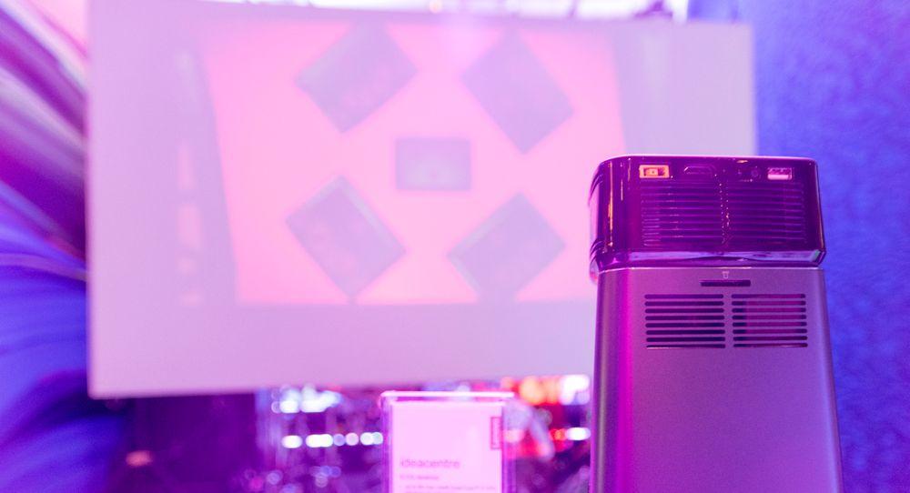 Lenovo IdeaCentre 610S er en bitteliten trekantet PC med en bitteliten trekantet projektor oppå.