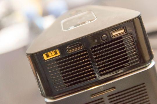 Slik ser projektoren ut på baksiden. Når den hviler oppå PC-en behøver den ikke kabler. Setter du projektoren løst kan den overføre bilde gjennom Intels WiDi-teknologi, eller du kan bruke HDMI-tilkoblingen.