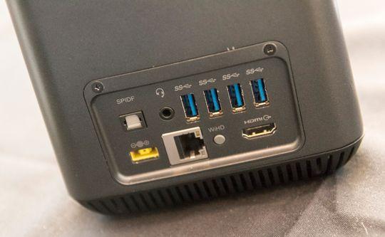 Strøm, nettverk, fire USB 3.0-tilkoblinger, HDMI og lydtilkobling skjuler seg på baksiden av maskinen.