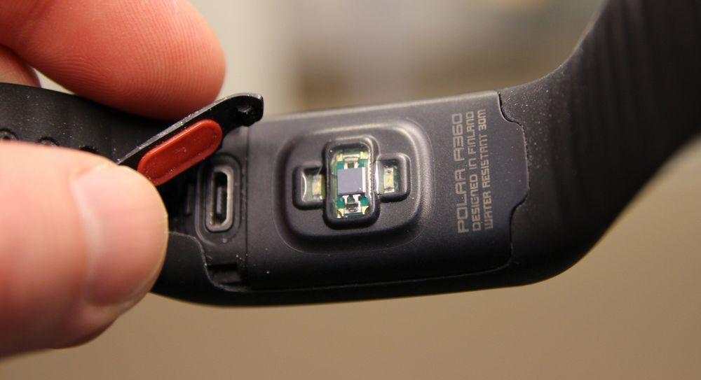På undersiden finner vi den optiske sensoren og en luke som skjuler lade-/datakontakten.