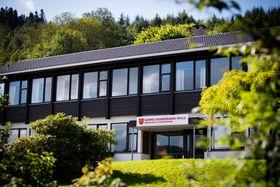 Garnes videregående skole ligger en halvtime med tog og buss fra fisketorgeti Bergen.