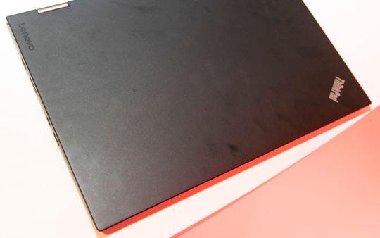 Designen er akkurat slik vi kjenner ThinkPad-serien. Ingen blinkende lys eller farger, bare den klassiske røde prikken over ThinkPad-logoen og ellers matt, svart plast.