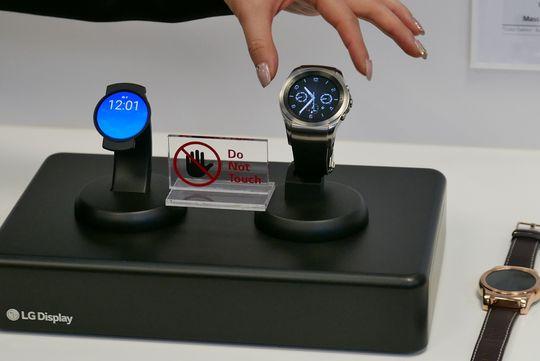 OLED gjør klokken til venstre unektelig mye tynnere.