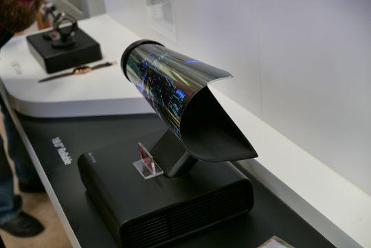 Rulle-TV-en satt sammenrullet i en egen holder. Antagelig for å forsynes med signaler og strøm.