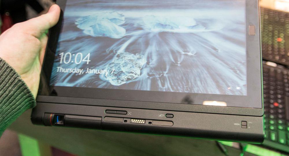 Lenovo ThinkPad X1 Tablet med projektormodulen koblet til.