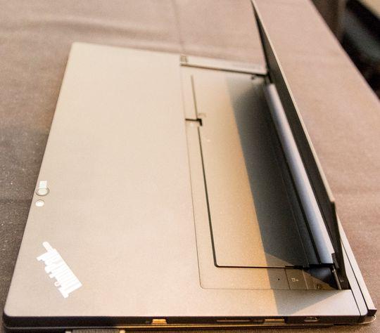 Foten vippes ut fra baksiden av brettet, og tillater det å stå uten hjelp, omtrent slik Microsofts Surface-modeller fungerer.