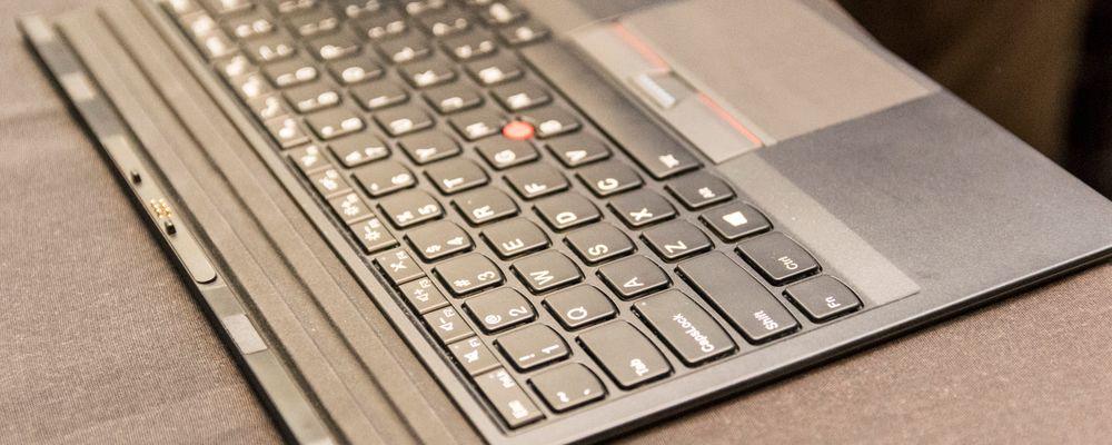Tastaturet i løsvekt. Det kan brukes sammen med én av modulene, og gir deg mulighet til å vinkle tastene i forskjellige høyder.