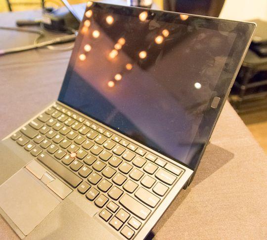 Tastatur og nettbrett montert sammen. Her er tastene i den bratteste vinkelen du kan velge.